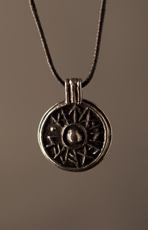 Viking Good Luck Shield Pendant bumlO